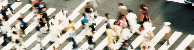 Personas cruzando paso de cebra