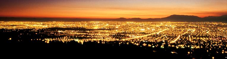 Ciudad vista de noche en perspectiva